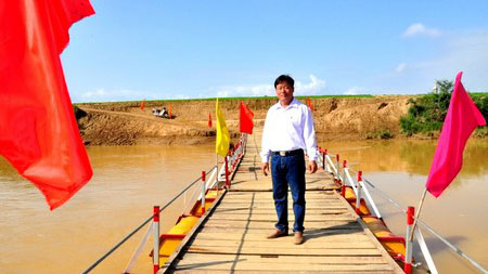 dung2 Lê Tất Dũng Spent His Life Saving On Building A Bridge For Community