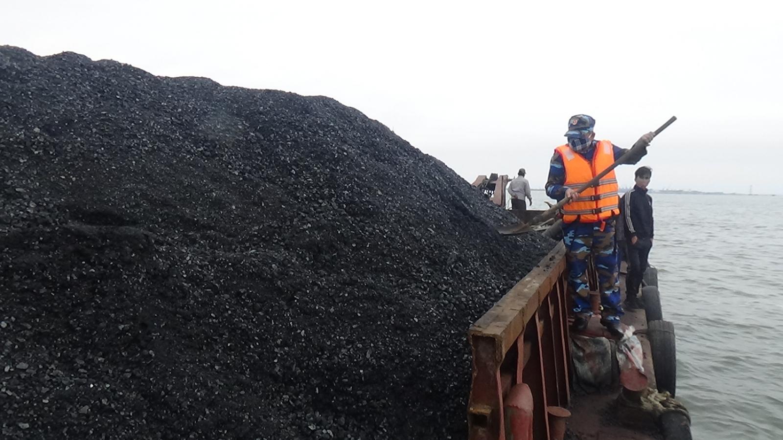 Cảnh sát biển tạm giữ tàu chở 120 tấn than không rõ nguồn gốc ở Quảng Ninh