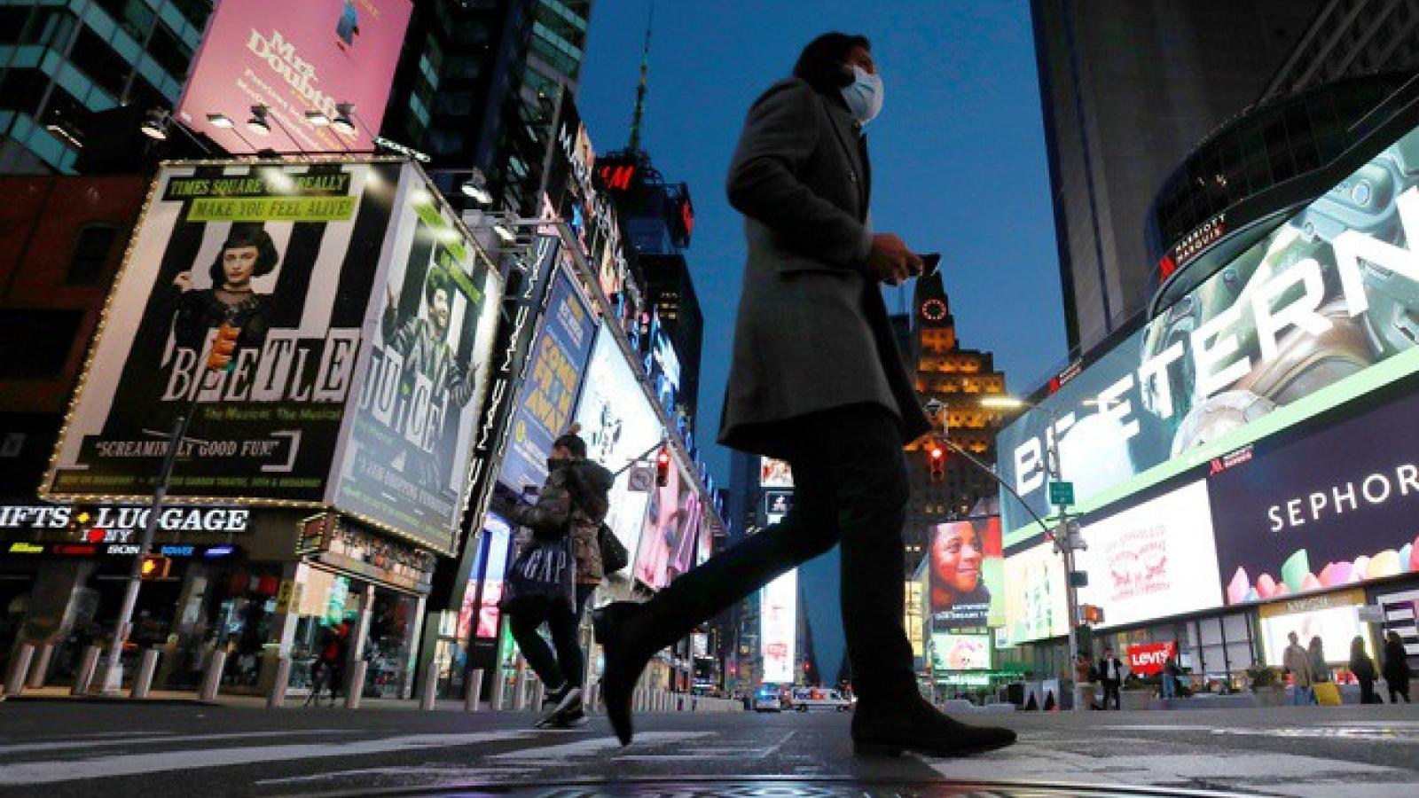 2/3 số người Mỹ được khảo sát lo ngại gỡ bỏ giới hạn công cộng quá sớm