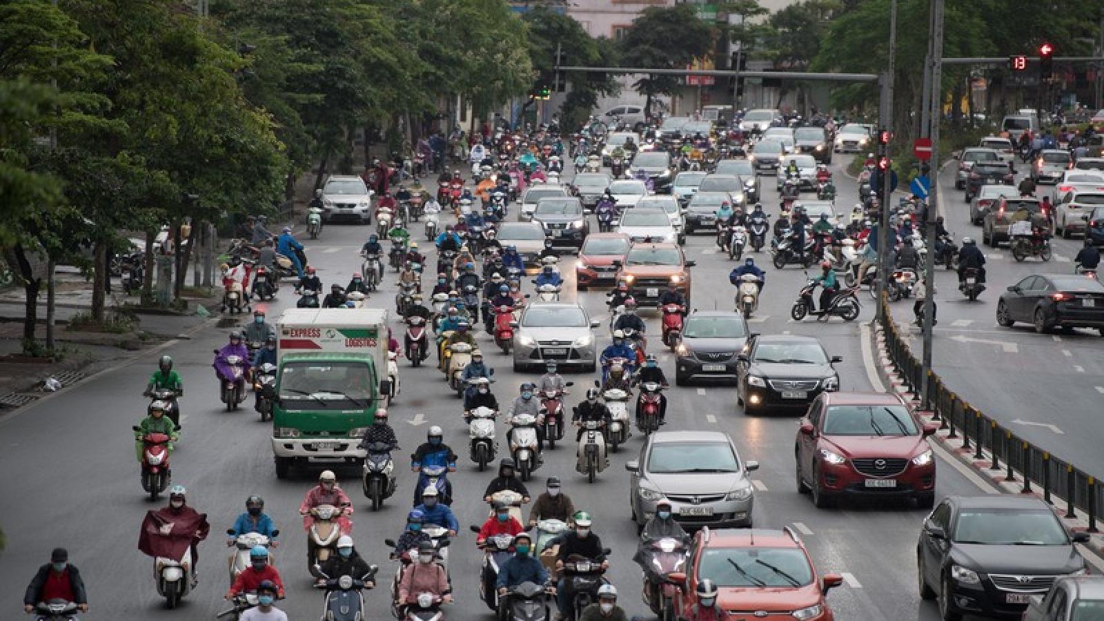 Đường phố Hà Nội đông đúc trong ngày đầu nới lỏng cách ly xã hội