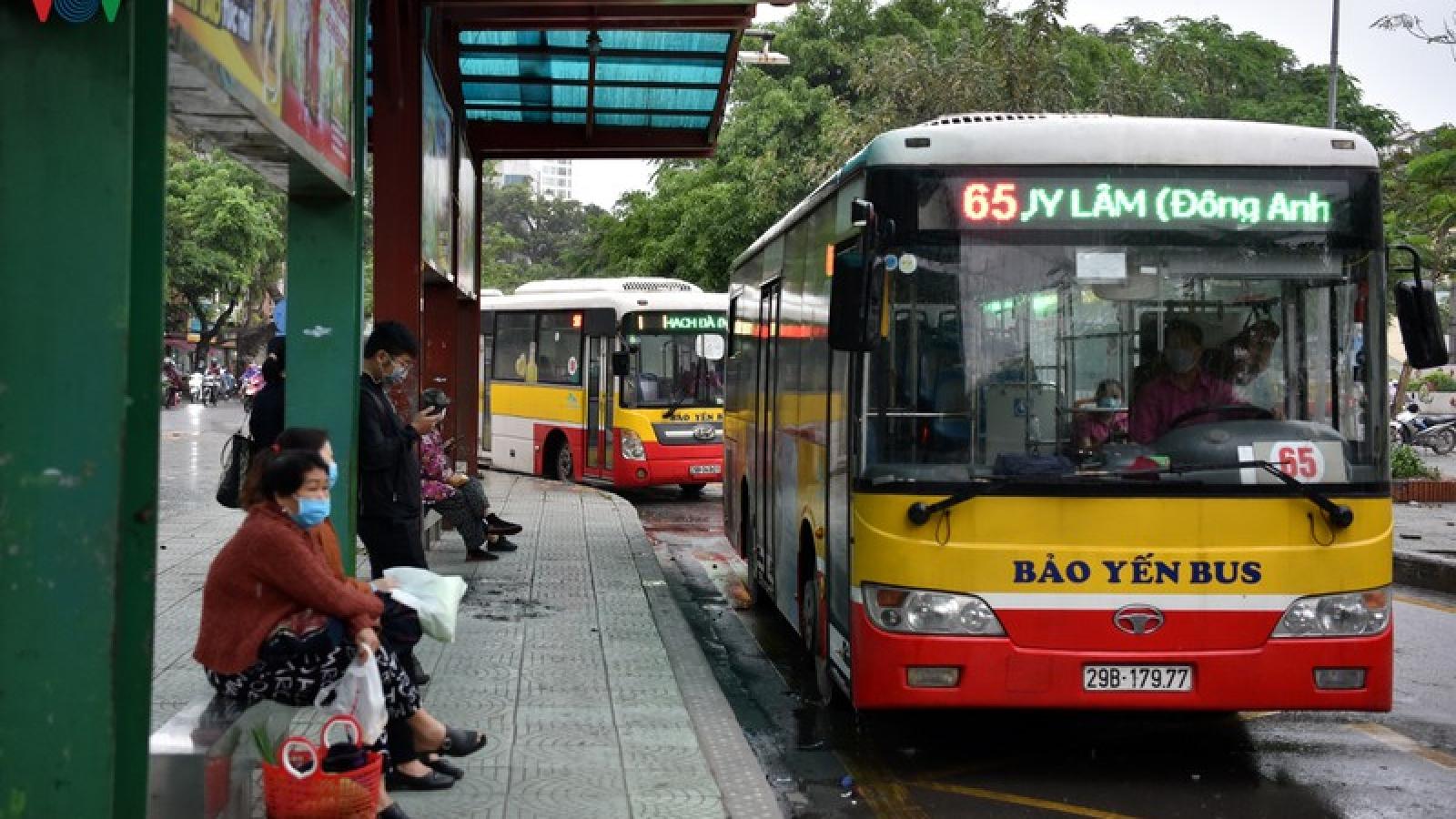 Ảnh: Xe buýt Hà Nội hoạt động trở lại, khách đi vẫn còn thưa vắng