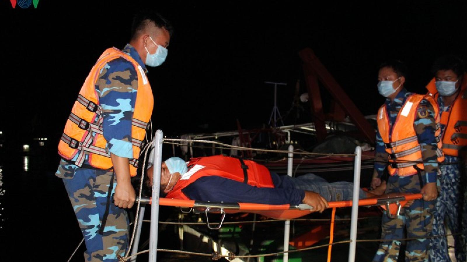 Cảnh sát biển 4 điều tàu cấp cứu ngư dân đột quỵ khi đánh bắt trên biển
