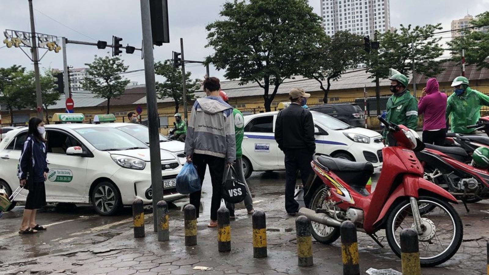 Xe ôm, taxi công nghệ tất bật trở lại sau nới lỏng cách ly xã hội