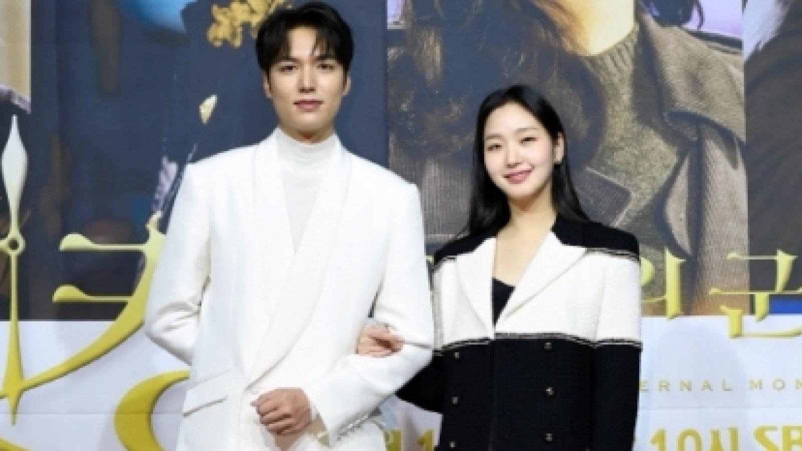 """Lee Min Ho và """"tình mới"""" Kim Go Eun diện đồ đôi, sánh bước tại sự kiện"""