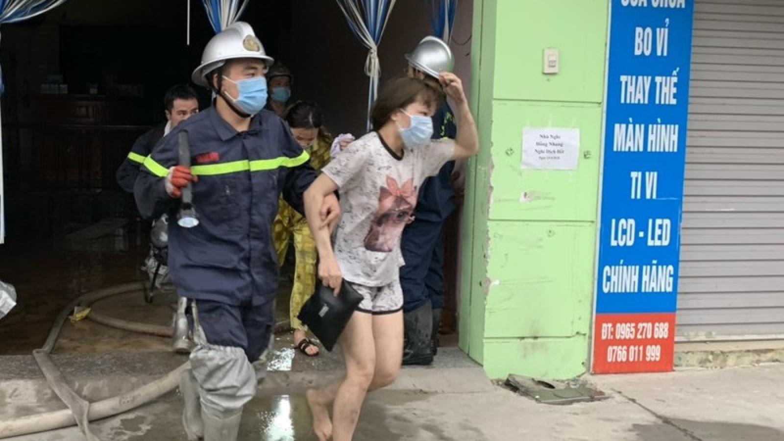 14 người kịp thoát thân khi 1 nhà nghỉ ở Hà Nội bốc cháy