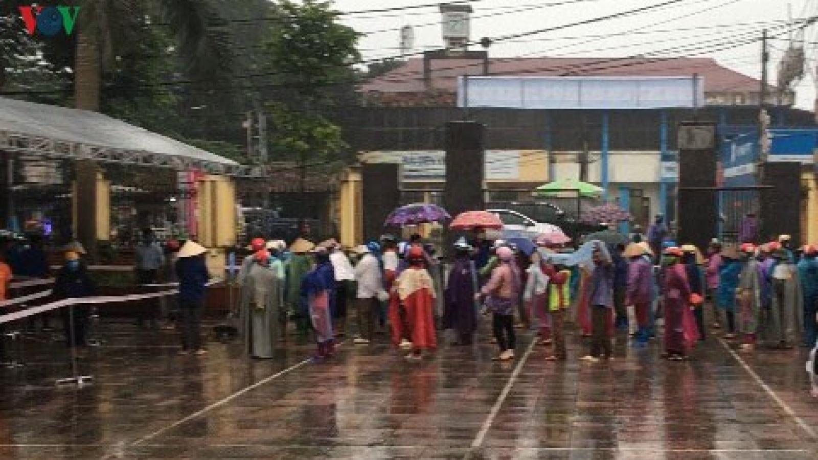 """Cảm động bà con dân tộc Mường đội mưa nhận hỗ trợ ở ATM rút gạo """"bằng chân"""""""