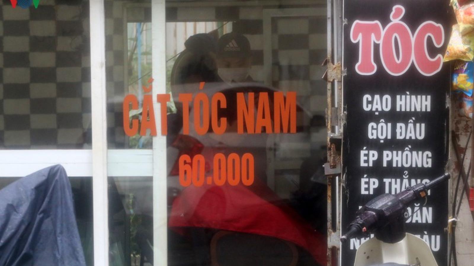 """Mưa lớn, các điểm cắt tóc tại Hà Nội """"hạ nhiệt"""""""