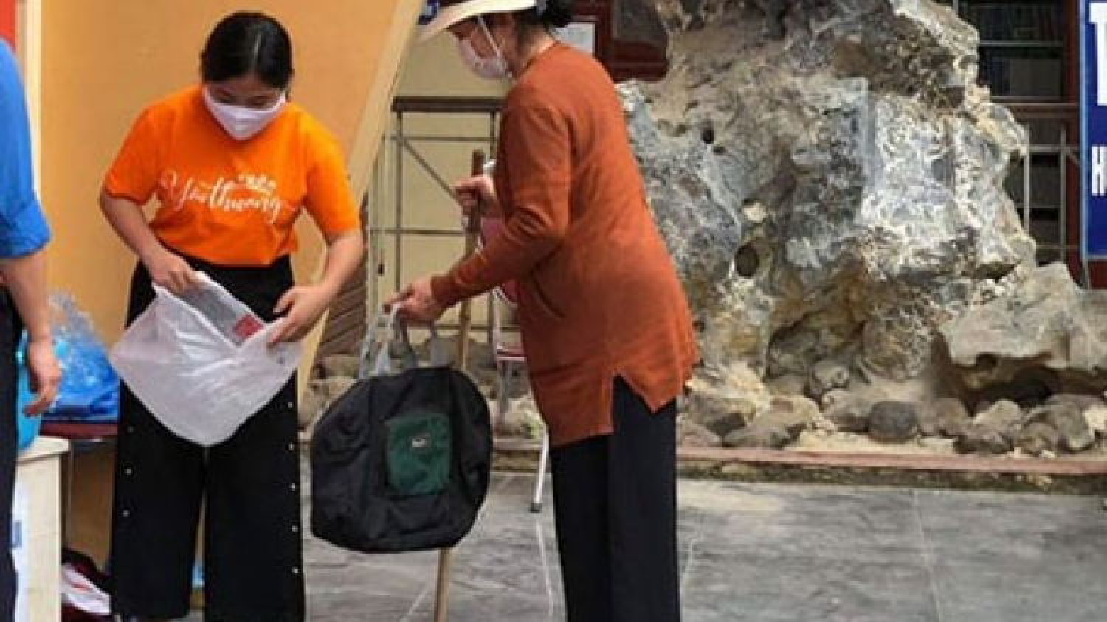 """Vận hành máy ATM rút gạo """"bằng chân"""" đầu tiên ở Hòa Bình hỗ trợ người nghèo"""