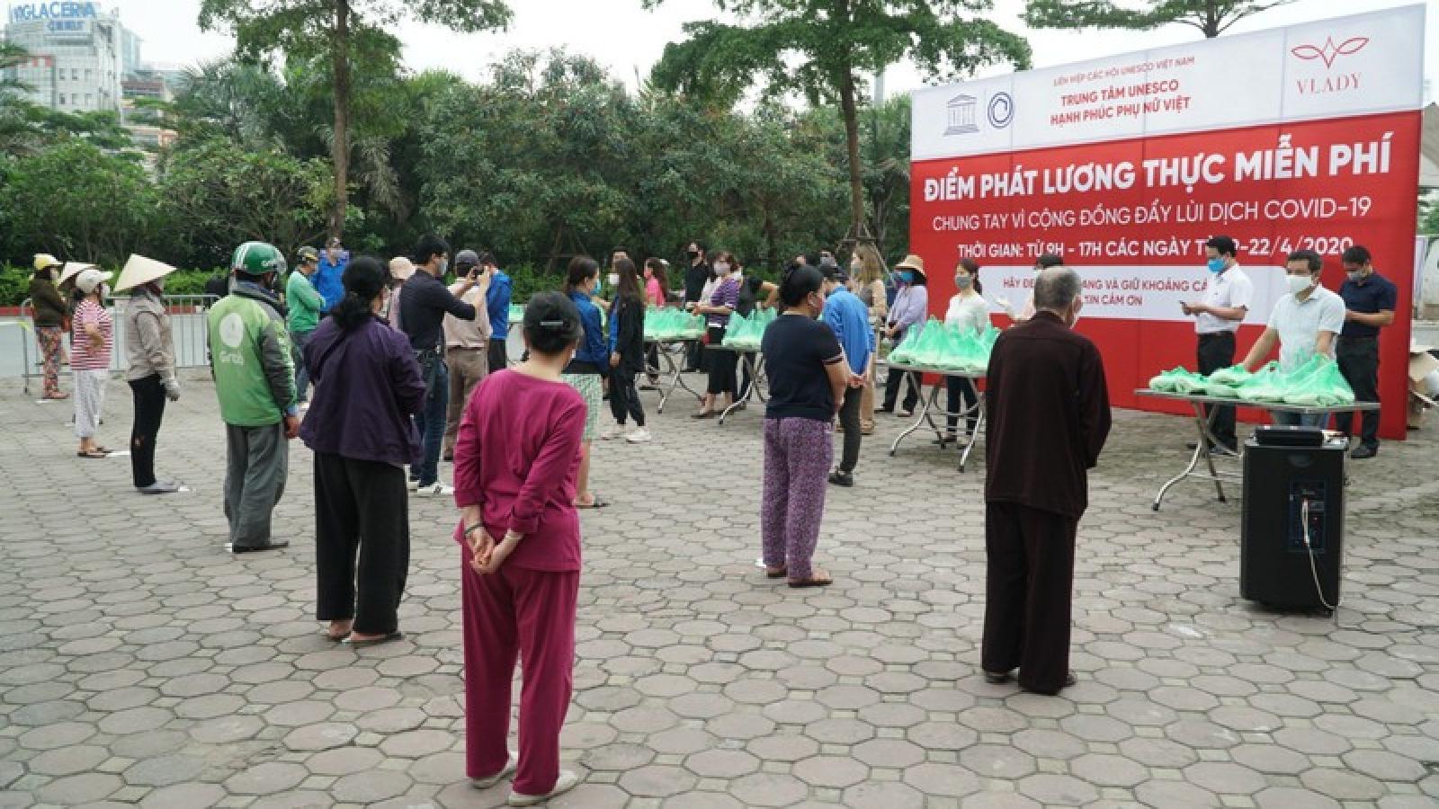 Hàng nghìn suất lương thực được phát miễn phí cho người nghèo ở Hà Nội