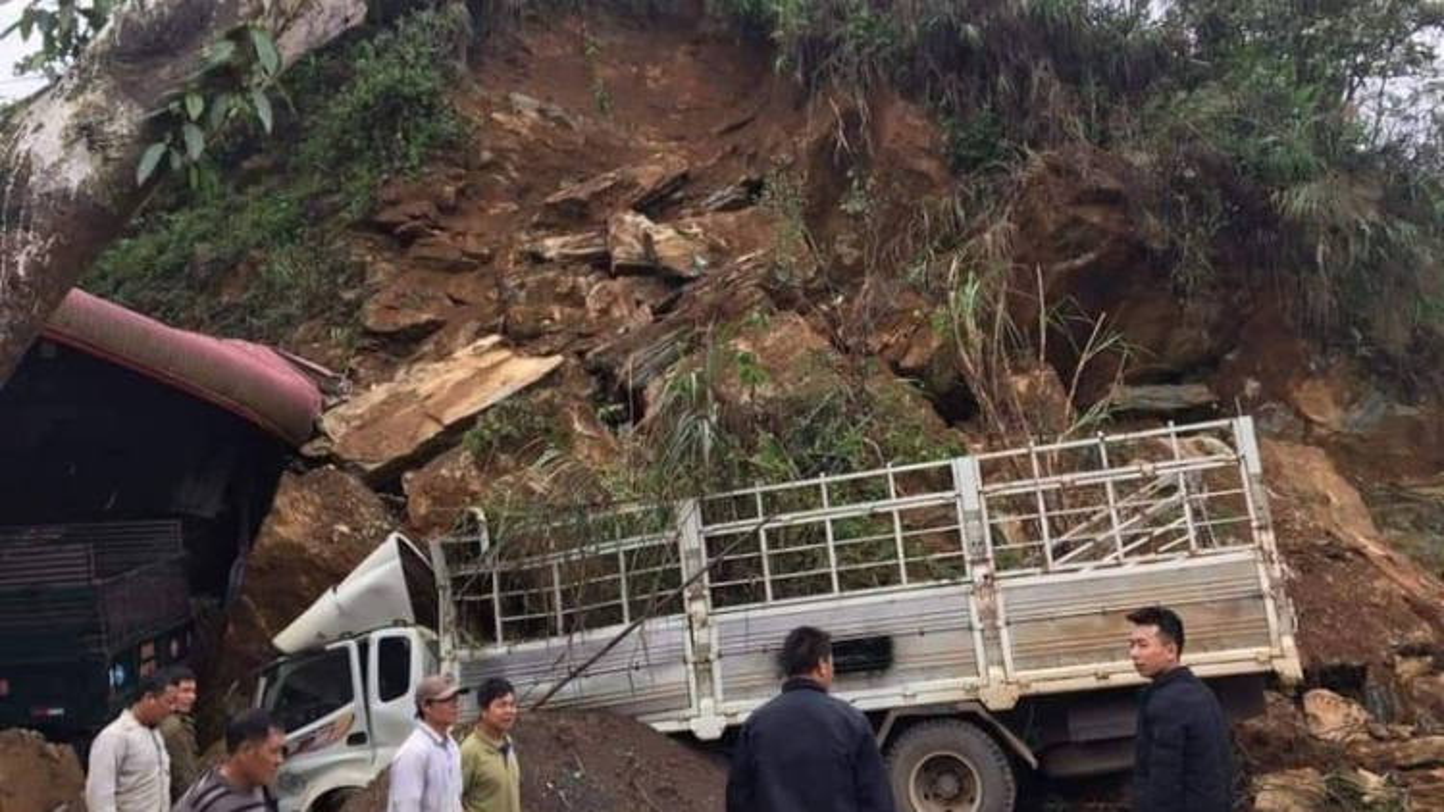 Sơn La: Bất ngờ đất, đá trên đồi sạt lở làm dập nát xe ô tô