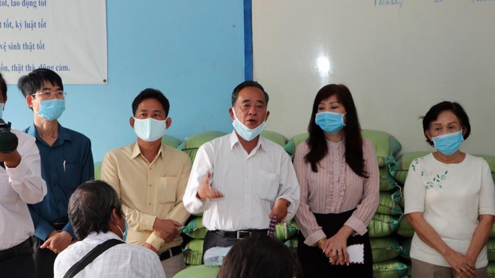 Trao 100 phần quà giúp người gốc Việt tại Campuchia trong mùa dịch Covid-19