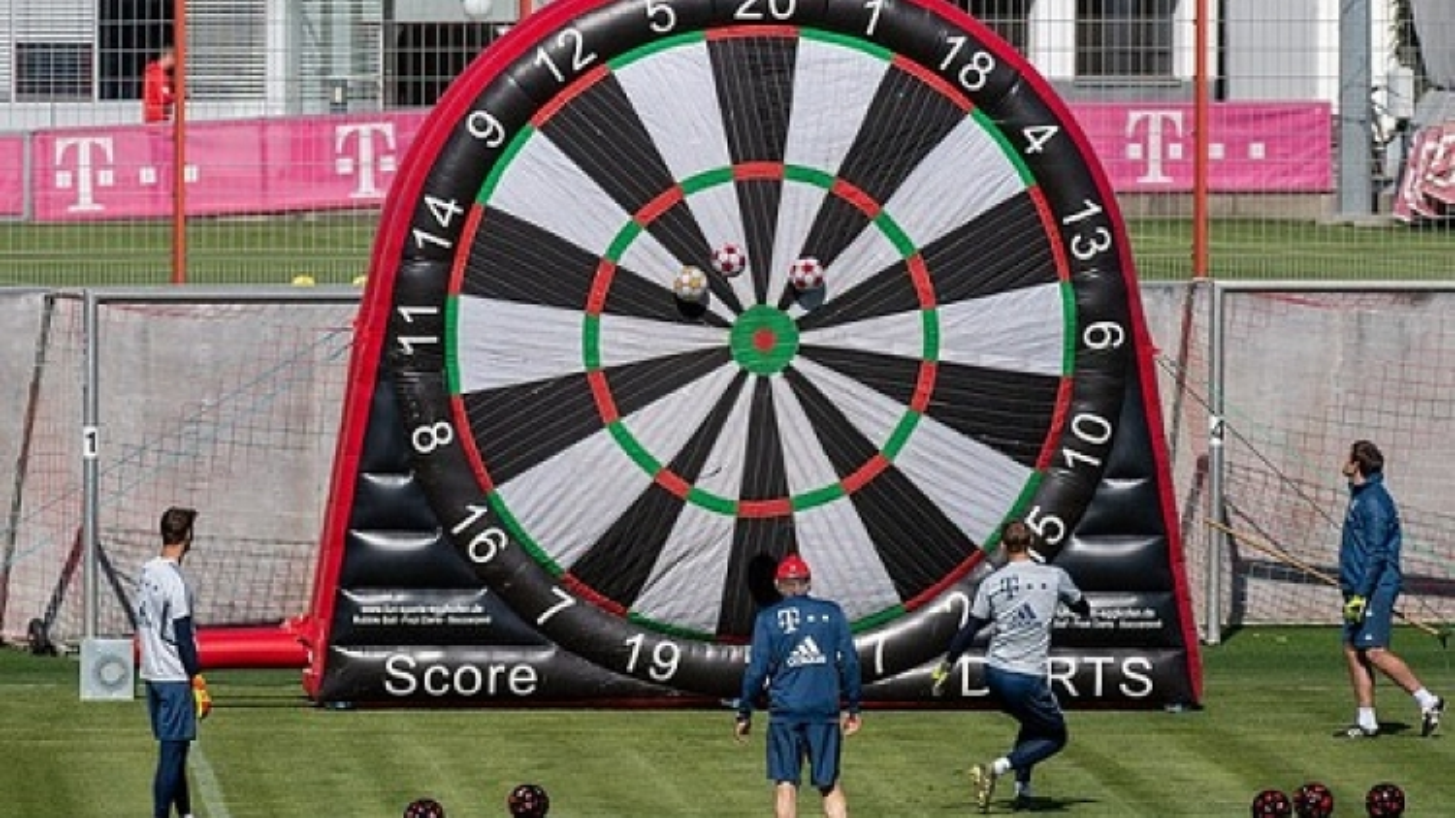 """Bayern Munich thực hiện bài tập """"cực dị"""" khi giãn cách xã hội"""