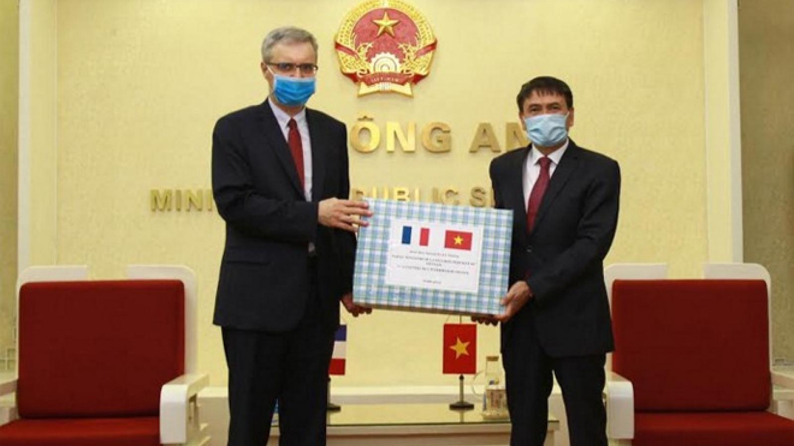 Bộ Công an trao tặng 10.000 khẩu trang cho Bộ Nội vụ Pháp