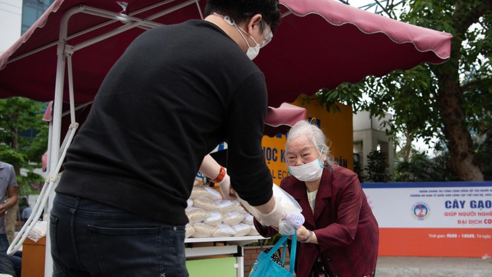 Ảnh: Người dân nhận gạo miễn phí bằng...công nghệ nhận diện khuôn mặt