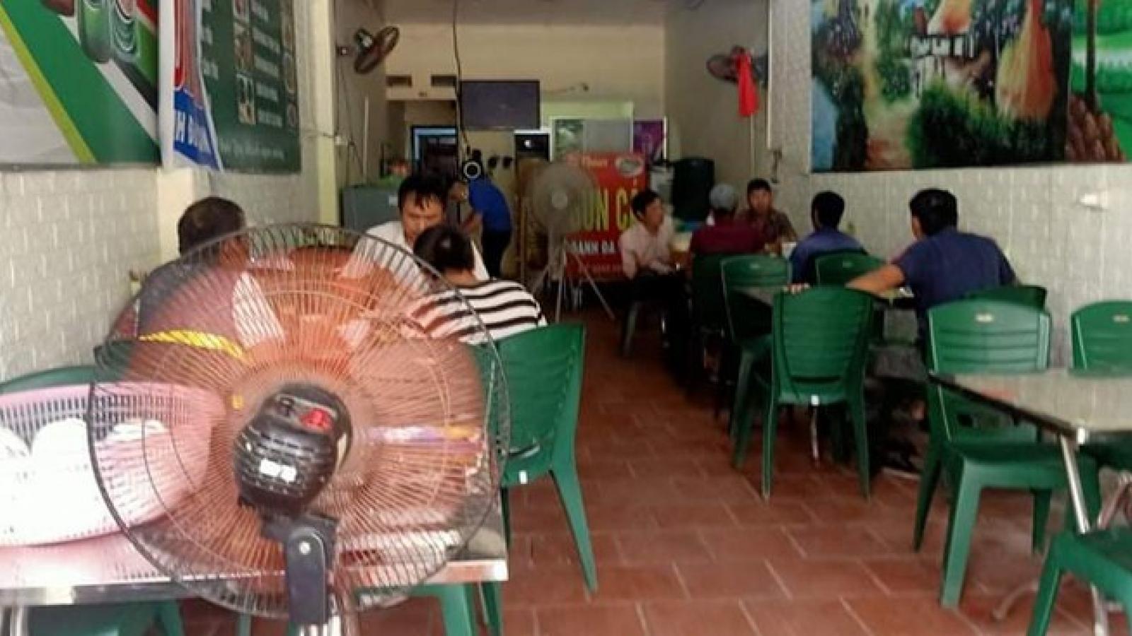 """Người dân tự """"nới lỏng"""" cách ly, nhiều quán ăn, cà phê mở cửa đón khách"""