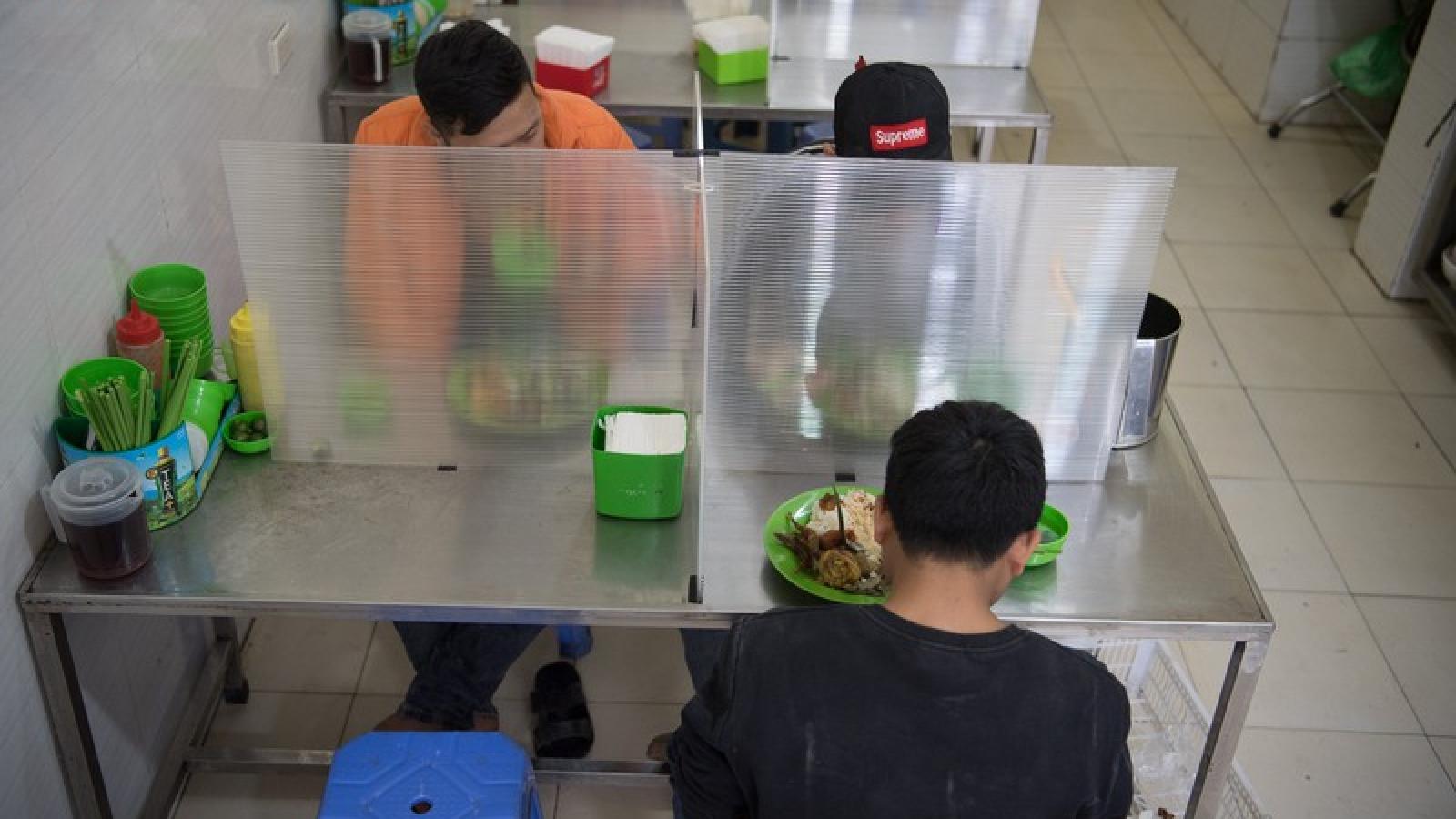 Độc đáo các quán ăn dựng tấm chắn chống giọt bắn phòng chống dịch Covid-19