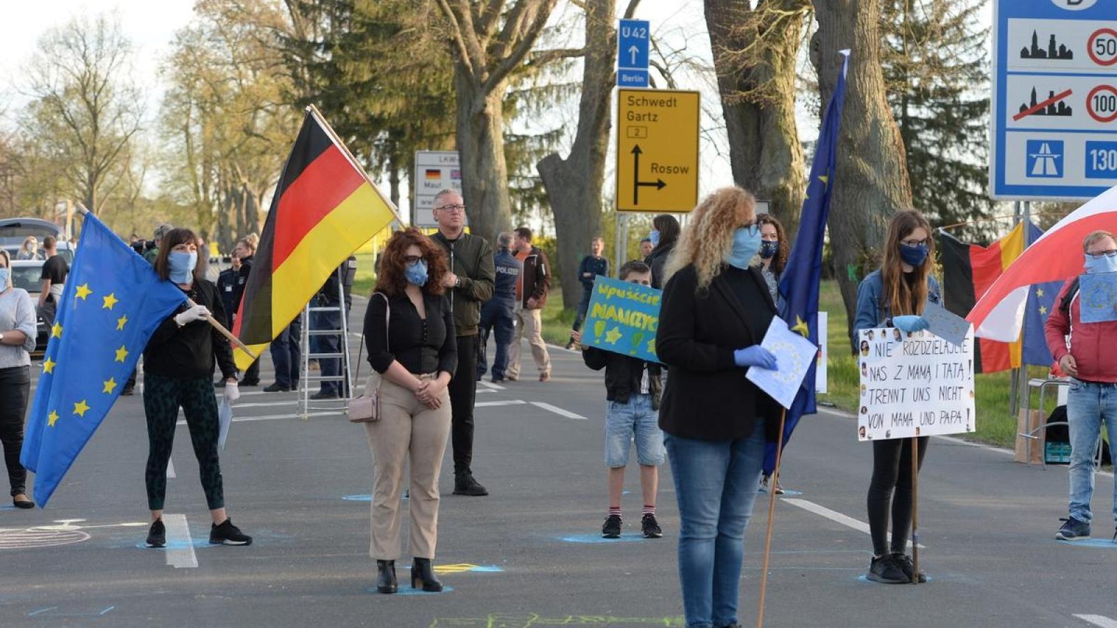 Hàng trăm người biểu tình phản đối các lệnh đóng cửa biên giới Ba Lan - Đức