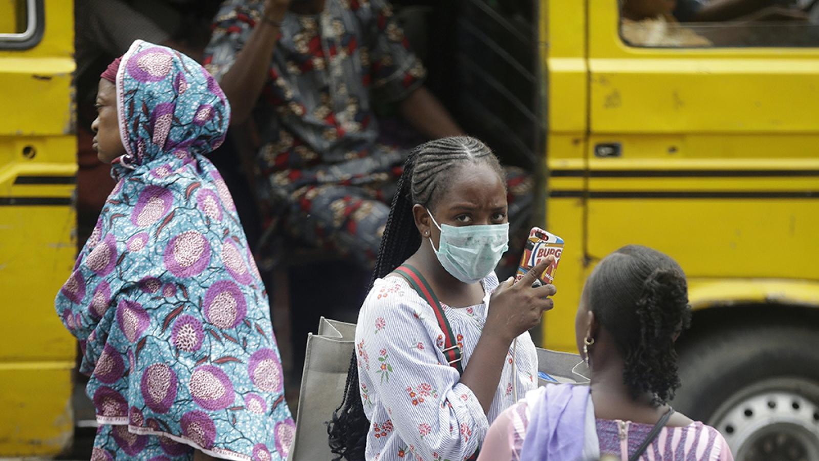 """Nguy cơ """"vỡ trận"""" ở châu Phi do thiếu máy thở điều trị Covid-19"""