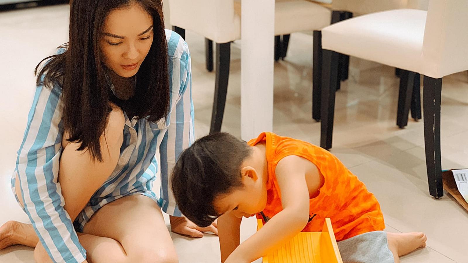 """""""Mẹ đơn thân"""" Dương Cẩm Lynh sụt 4 ký vì chăm con mùa Covid-19"""