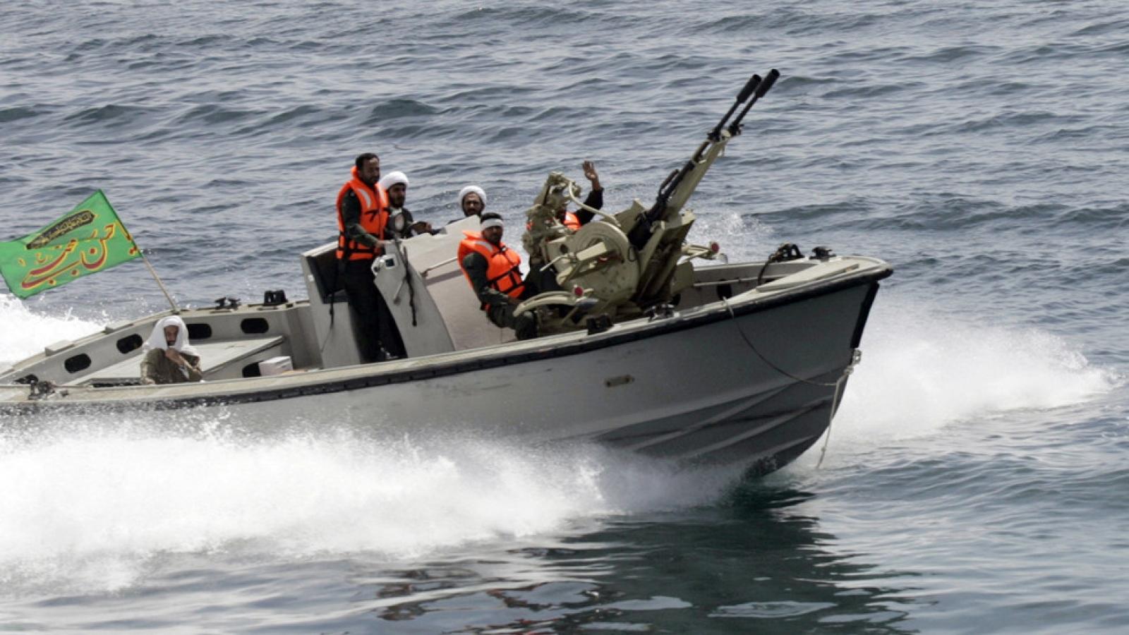 Iran công bố video chặn tàu Mỹ trên Vịnh Ba Tư