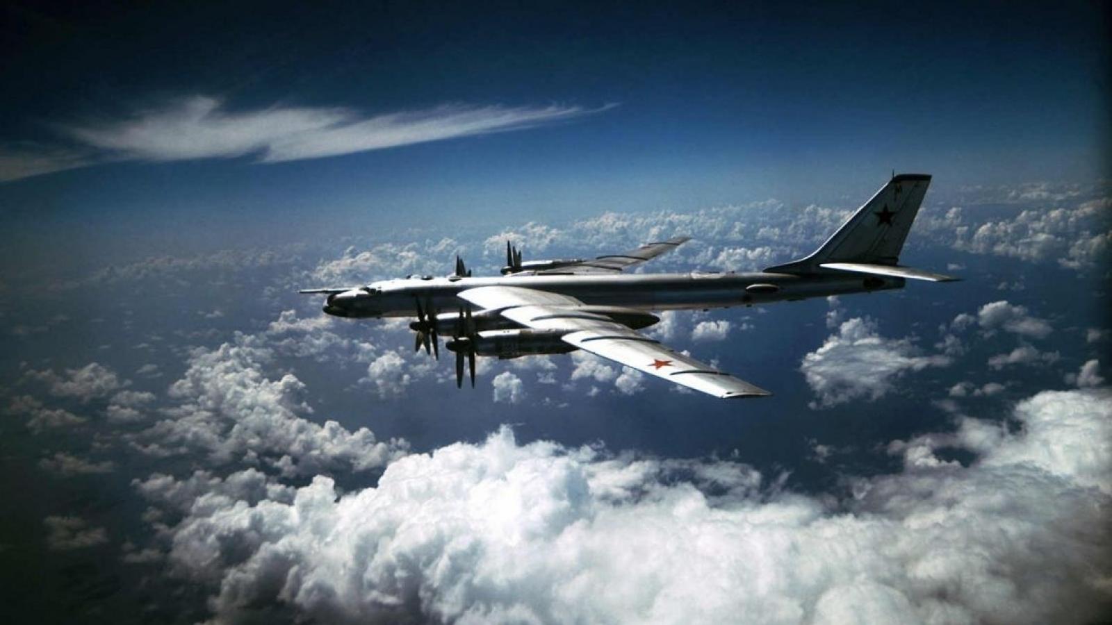 """Cận cảnh """"quái vật"""" ném bom Tu-95MS của Nga sải cánh trên bầu trời"""