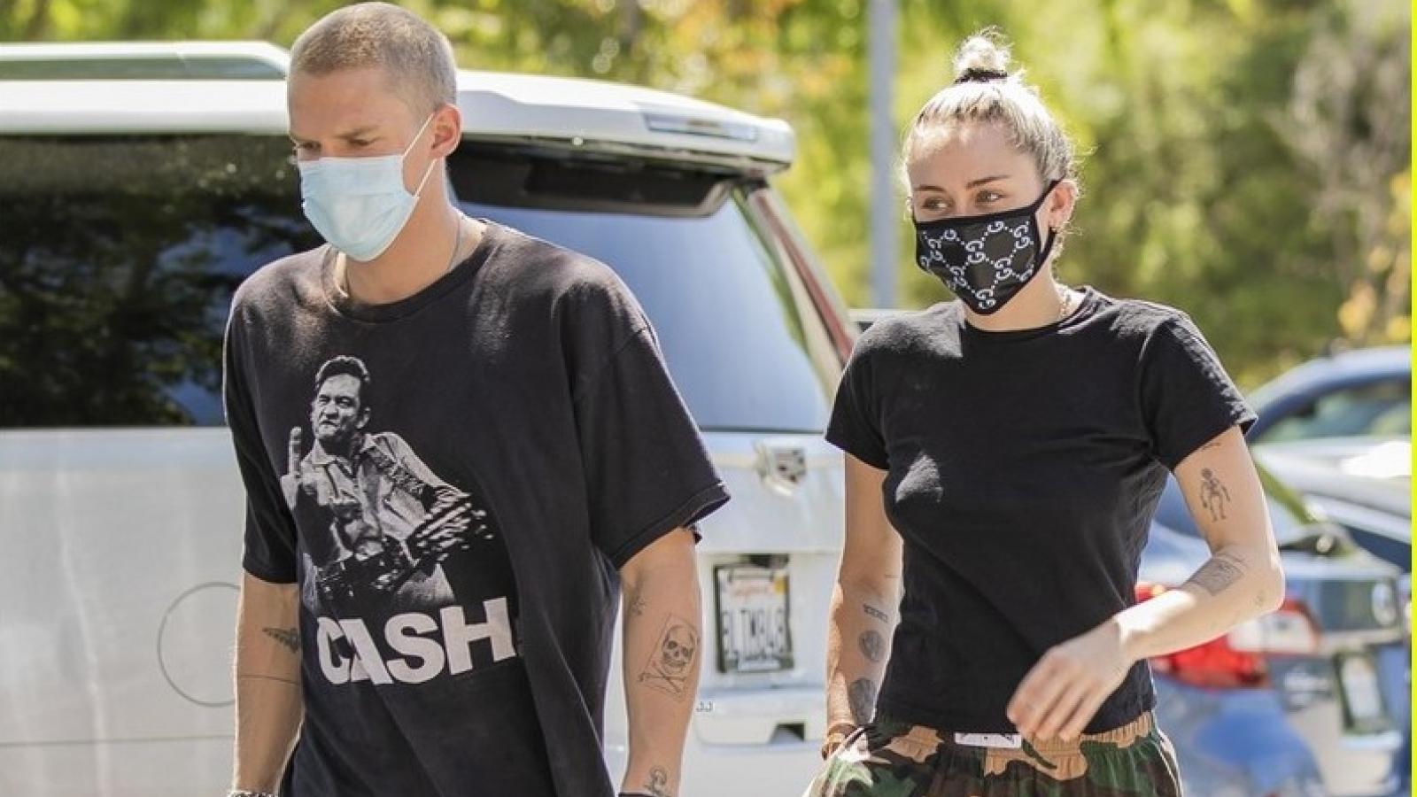 Miley Cyrus đeo khẩu trang kín mít khi đi hẹn hò cùng bạn trai