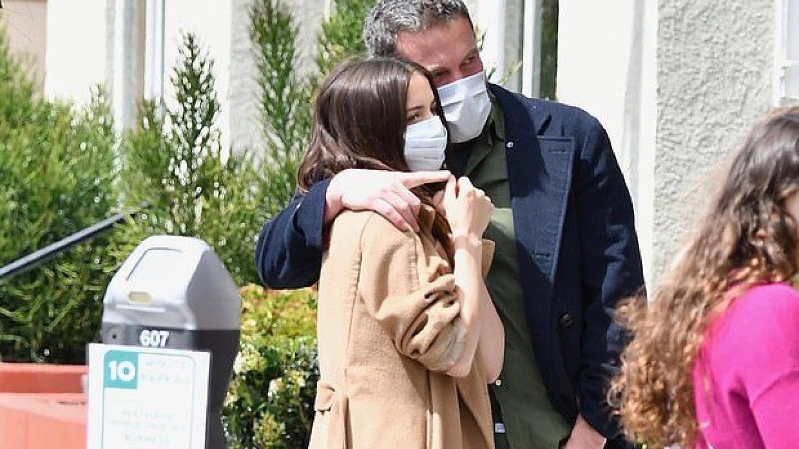 Ben Affleck và bạn gái đeo khẩu trang, tình tứ khi dạo phố