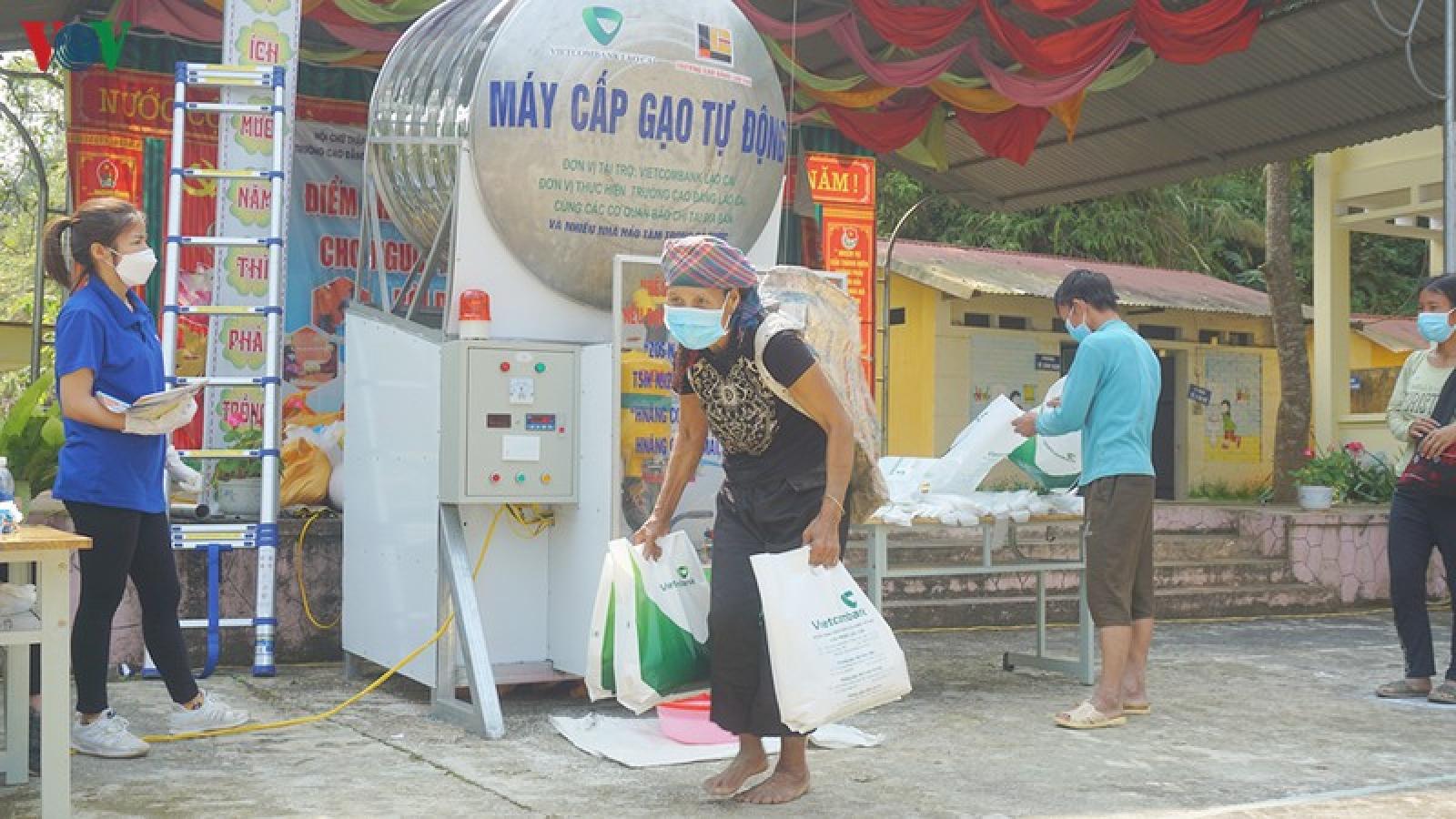 """Ảnh: Hàng trăm đồng bào thiểu số nghèo ở Sa Pa nhận gạo từ """"ATM gạo"""""""
