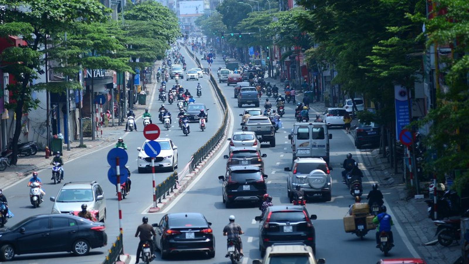 Đường phố Hà Nội đông nghịt người trong ngày thứ 15 cách ly xã hội
