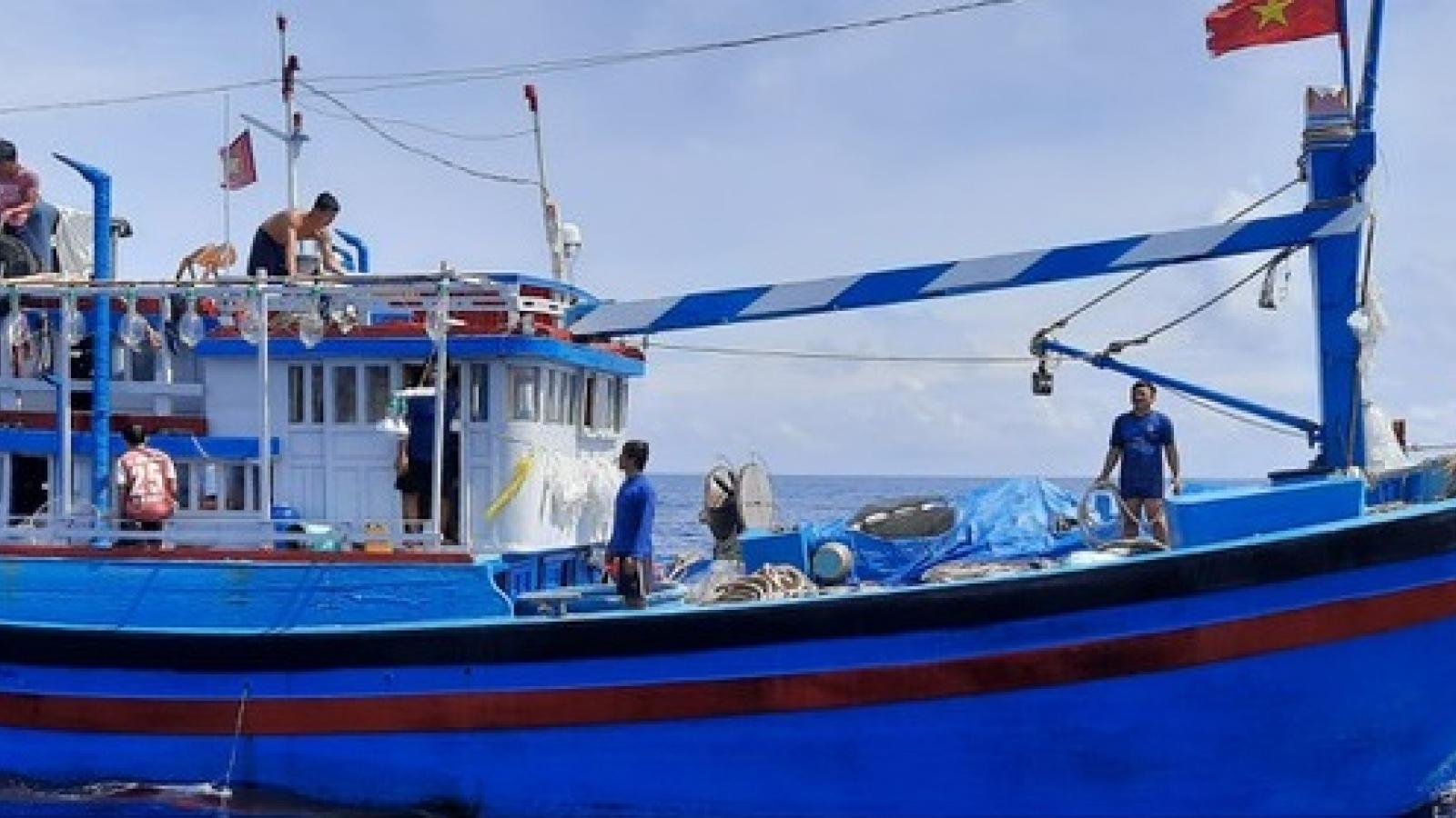 Tàu HQ 202, Vùng 2 Hải quân cấp cứu ngư dân trên biển