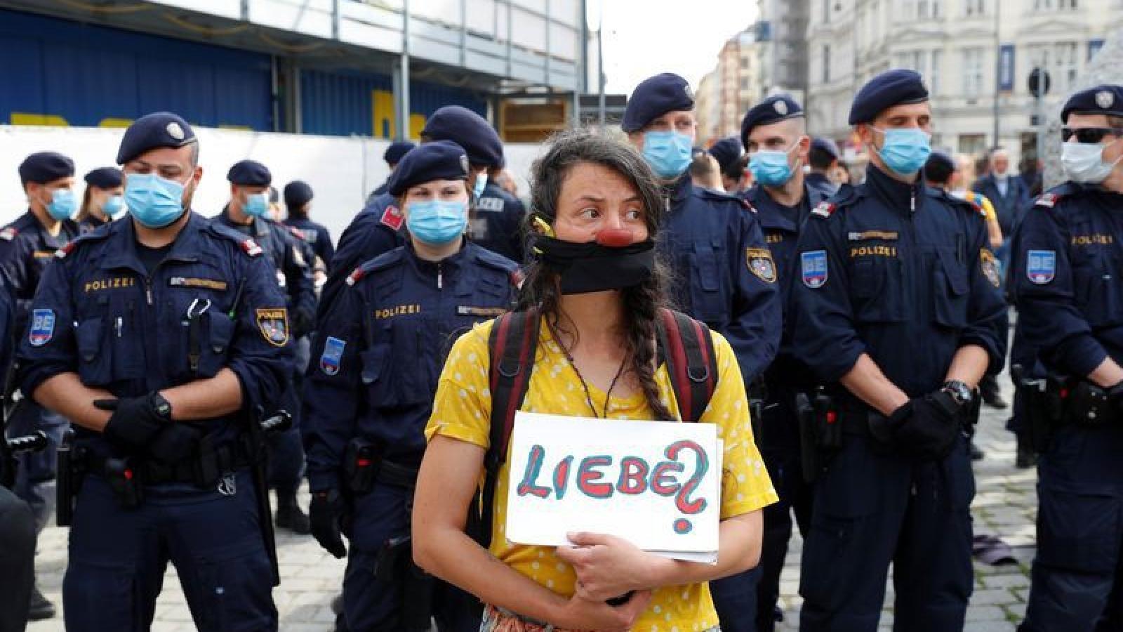 Hàng trăm người biểu tình phản đối biện pháp phòng dịch Covid-19 tại Áo