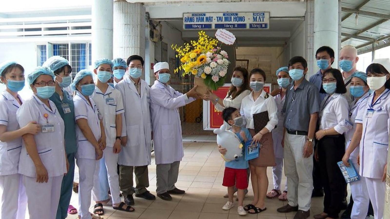 Bé trai 6 tuổi - bệnh nhân mắc Covid-19 thứ 252 được xuất viện