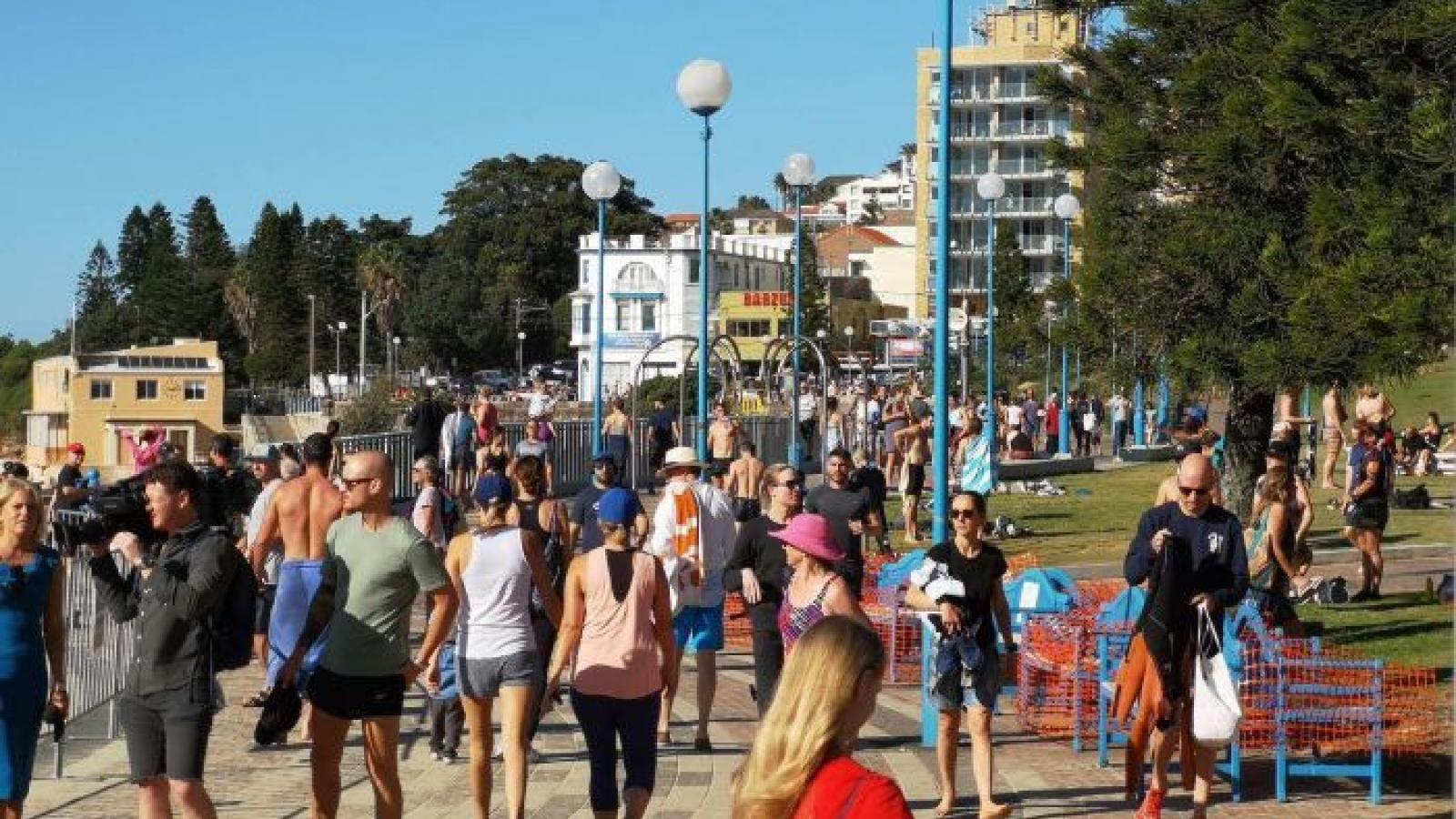 Một số bãi biển ở Australia bắt đầu đông người khiến chính quyền lo ngại