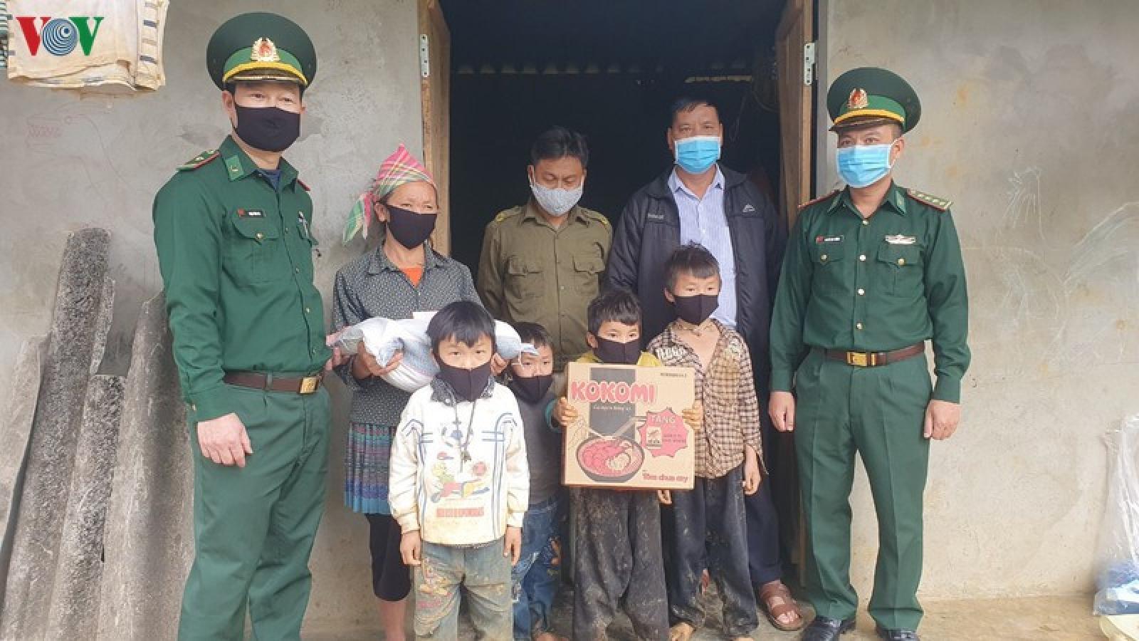 Bộ đội Biên phòng Lào Cai tặng gạo cho đồng bào nghèo biên giới
