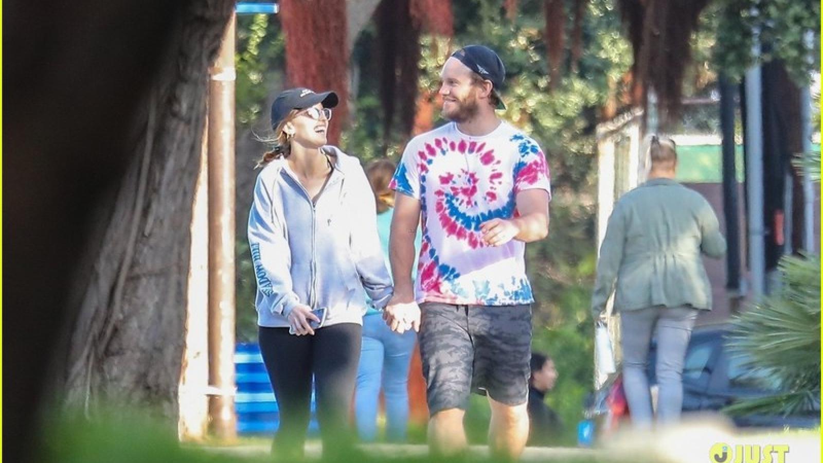 Chris Pratt đội mũ ngược cực ngầu, tình cảm nắm tay vợ đi dạo phố