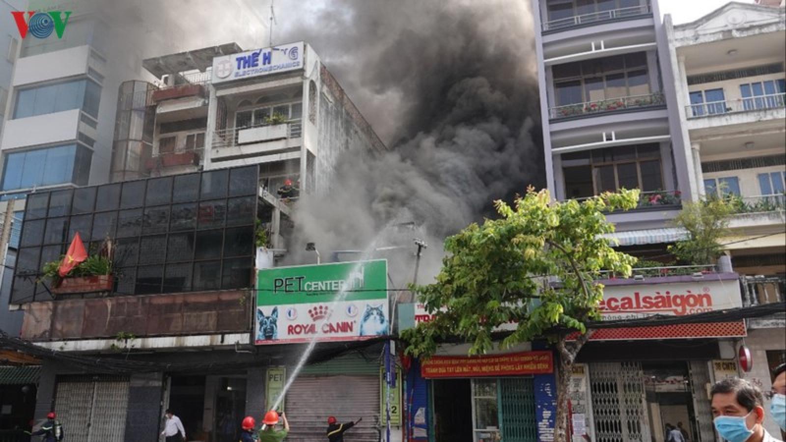 Cháy dữ dội một cửa hàng chăm sóc thú cưng ở TPHCM