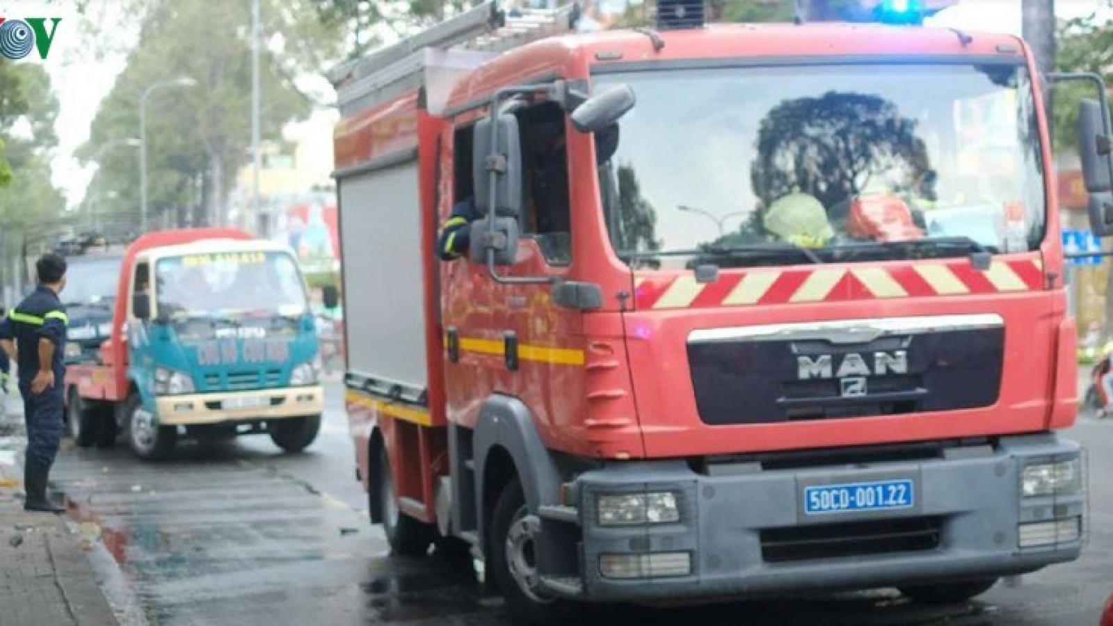 Xe tải chở hàng hóa cùng bình gas đang lưu thông bất ngờ cháy dữ dội