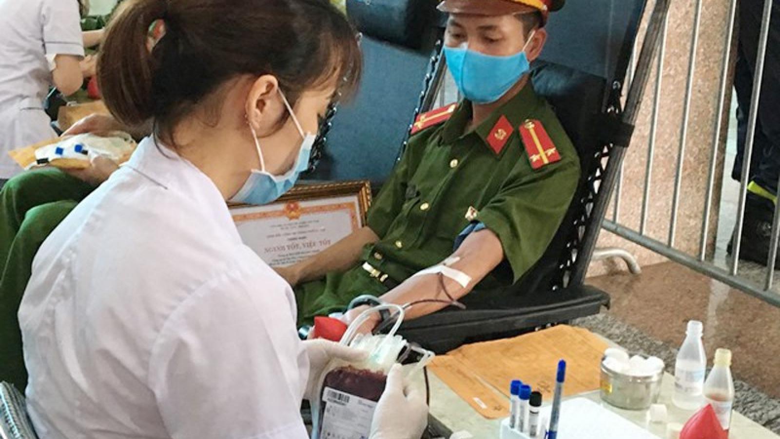 Hàng nghìn cán bộ chiến sĩ công an tham gia hiến máu tình nguyện