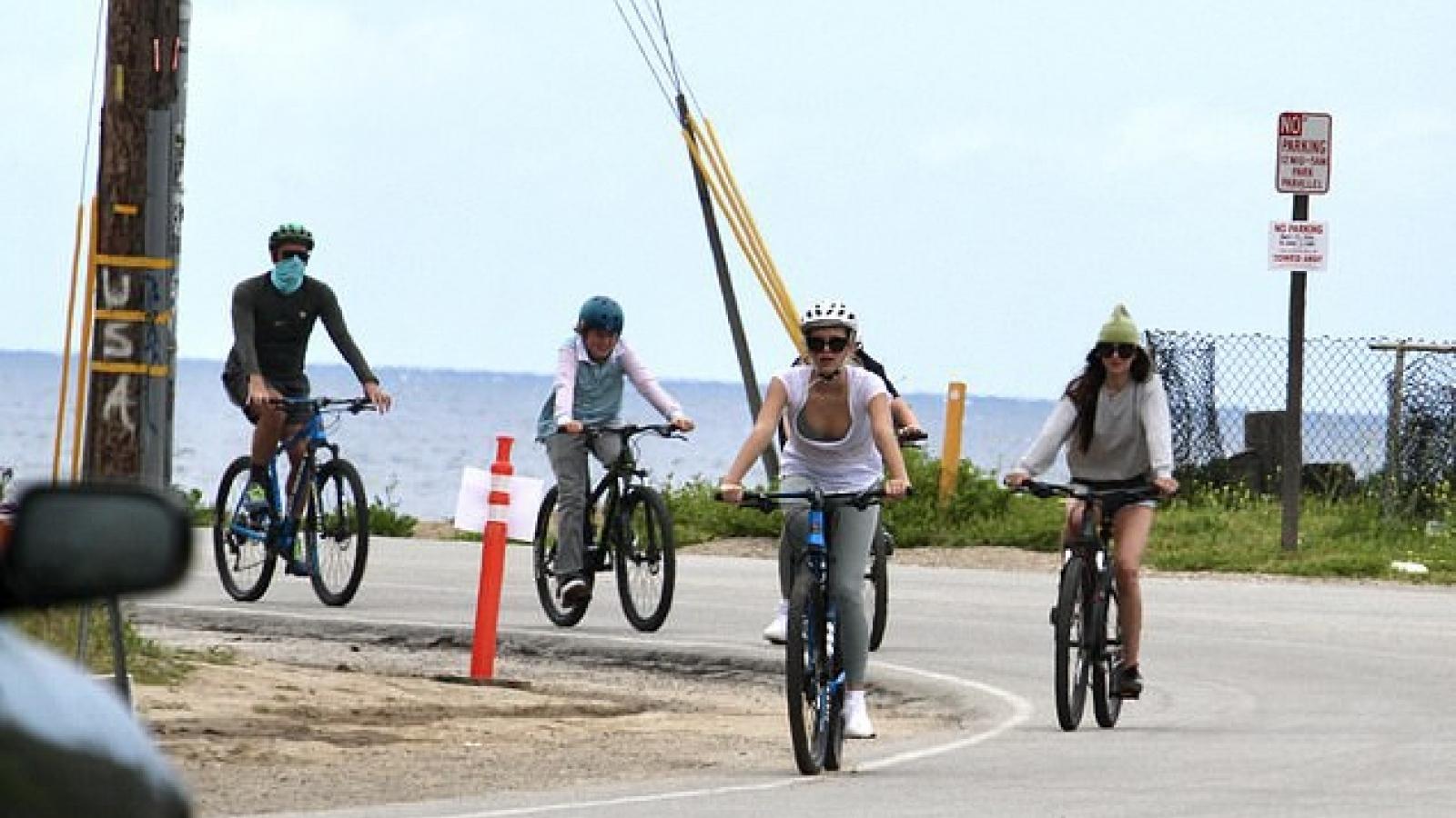 """Kiều nữ """"50 sắc thái"""" xinh đẹp đạp xe dạo phố cùng bạn trai ở Malibu"""