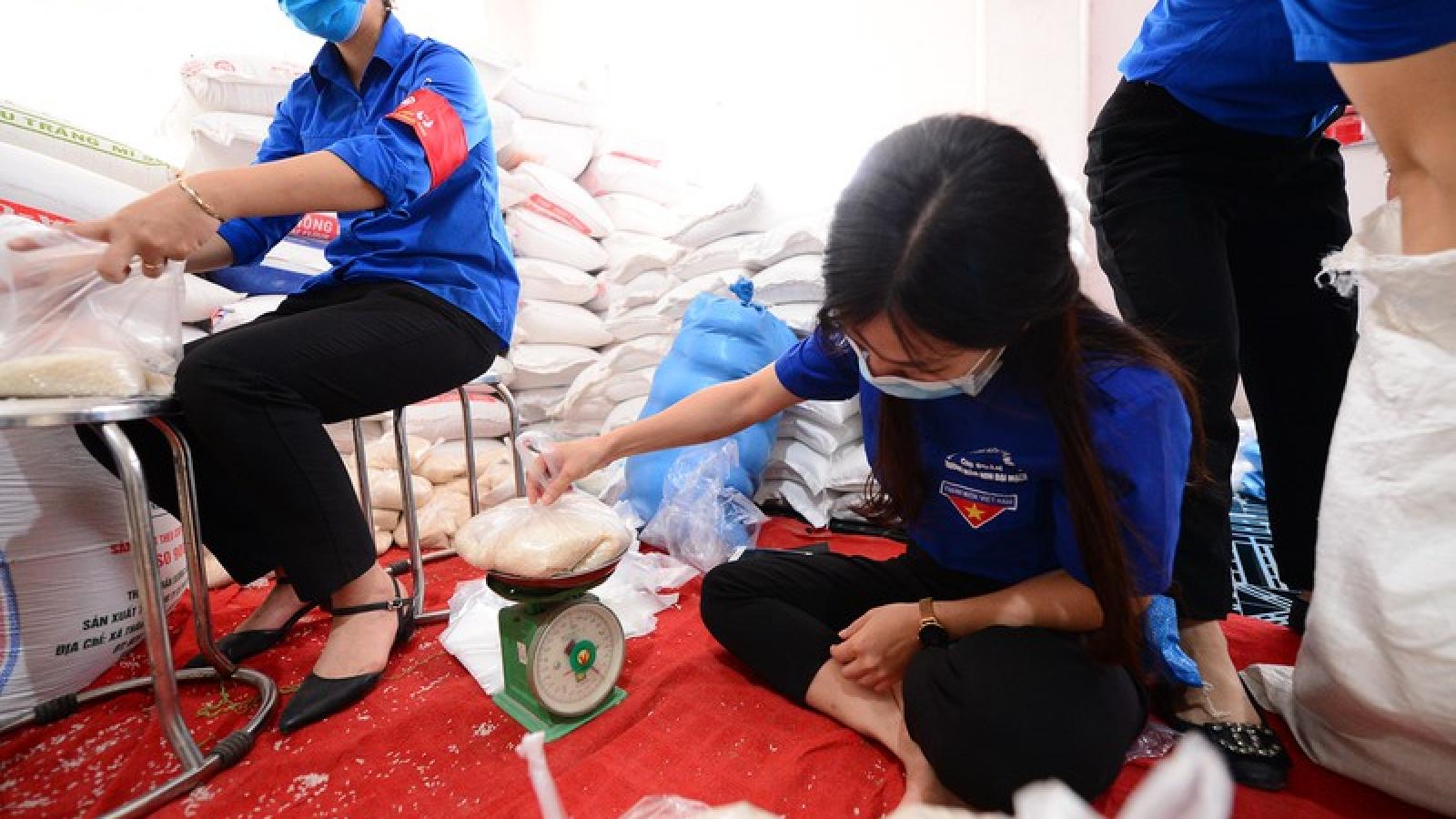 """""""ATM gạo"""" đến với công nhân nghèo ở Đông Anh, Hà Nội"""