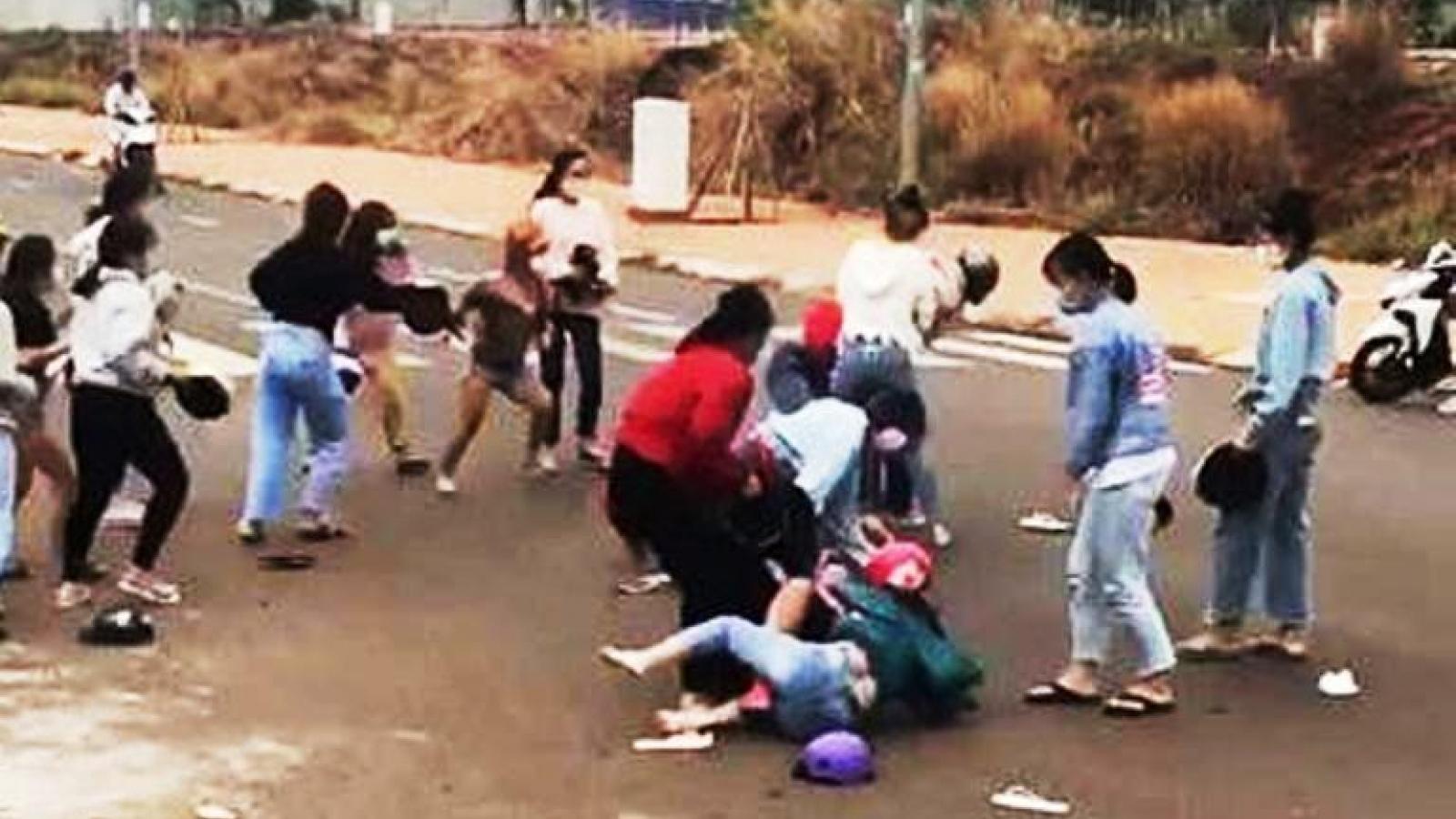 Xác minh nguyên nhân nhóm nữ sinh Bình Phước tụ tập đánh nhau