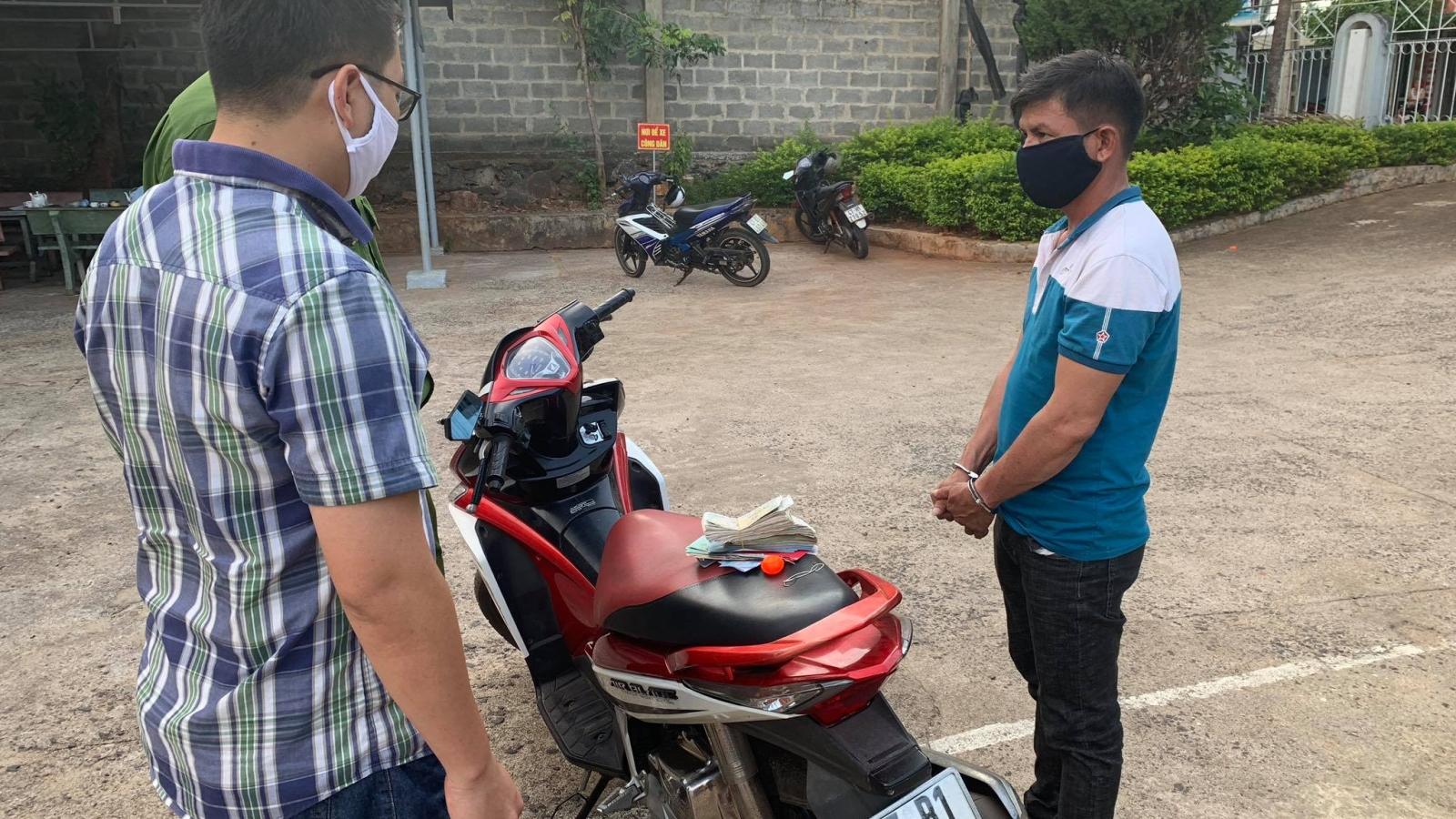Bắt đối tượng chuyên cạy cốp xe máy trộm cắp tài sản