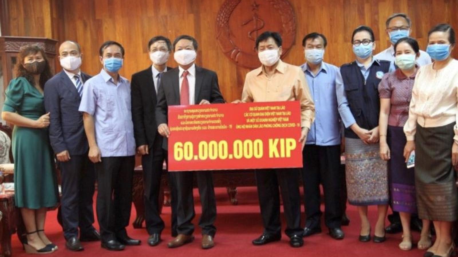 Đại sứ quán Việt Nam trao tiền hỗ trợ Lào chống dịch Covid-19