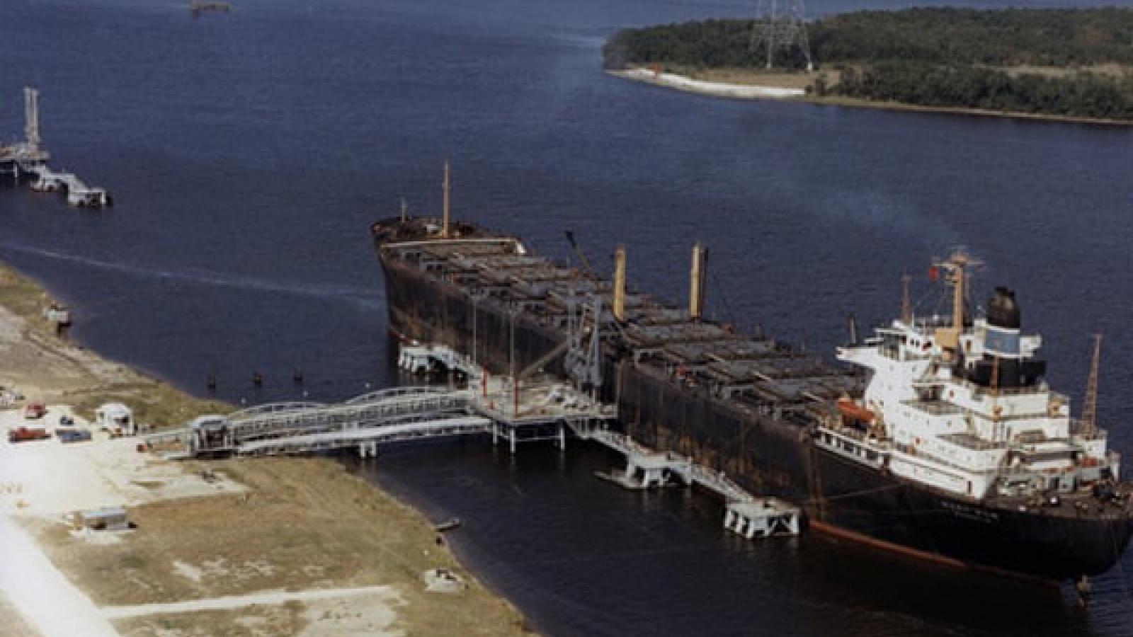 Vì sao giá dầu thô thế giới chạm đáy?