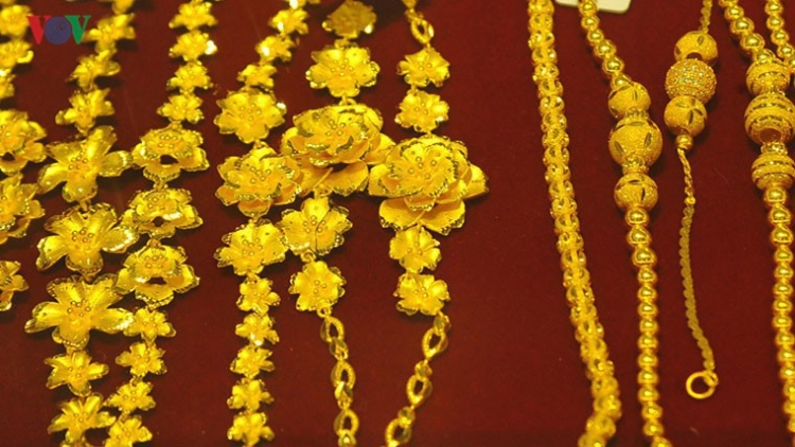 Giá vàng SJC gần 49 triệu đồng/lượng, nhưng vẫn thấp hơn vàng thế giới