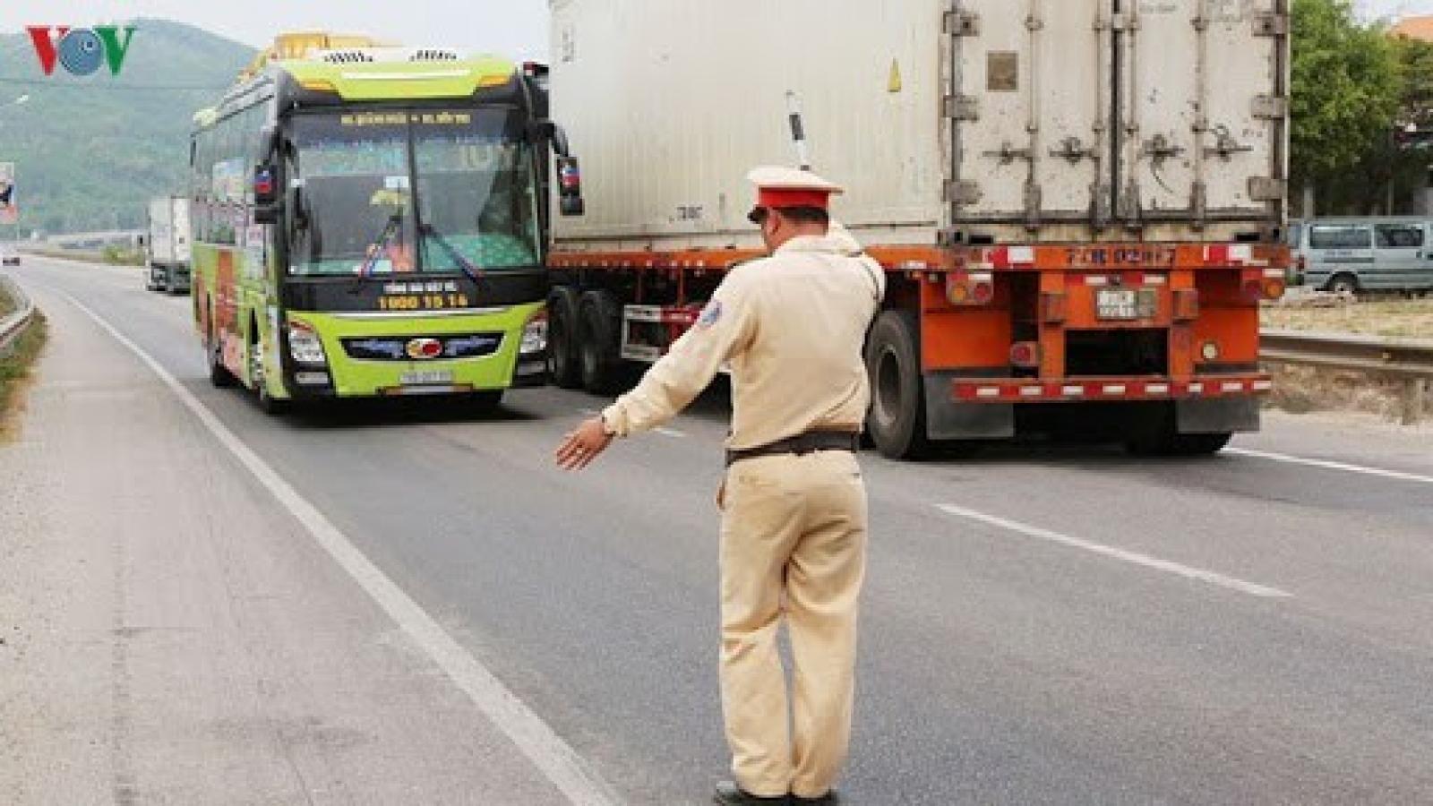 Công bố 13 số điện thoại nóng phản ánh vận tải, an toàn giao thông dịp 30/4 
