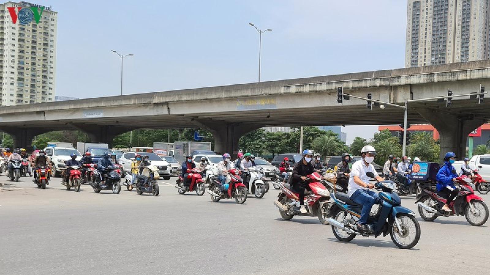 Cách ly xã hội: Cửa ngõ Thủ đô vẫn đông người tham gia giao thông ngày cuối tuần