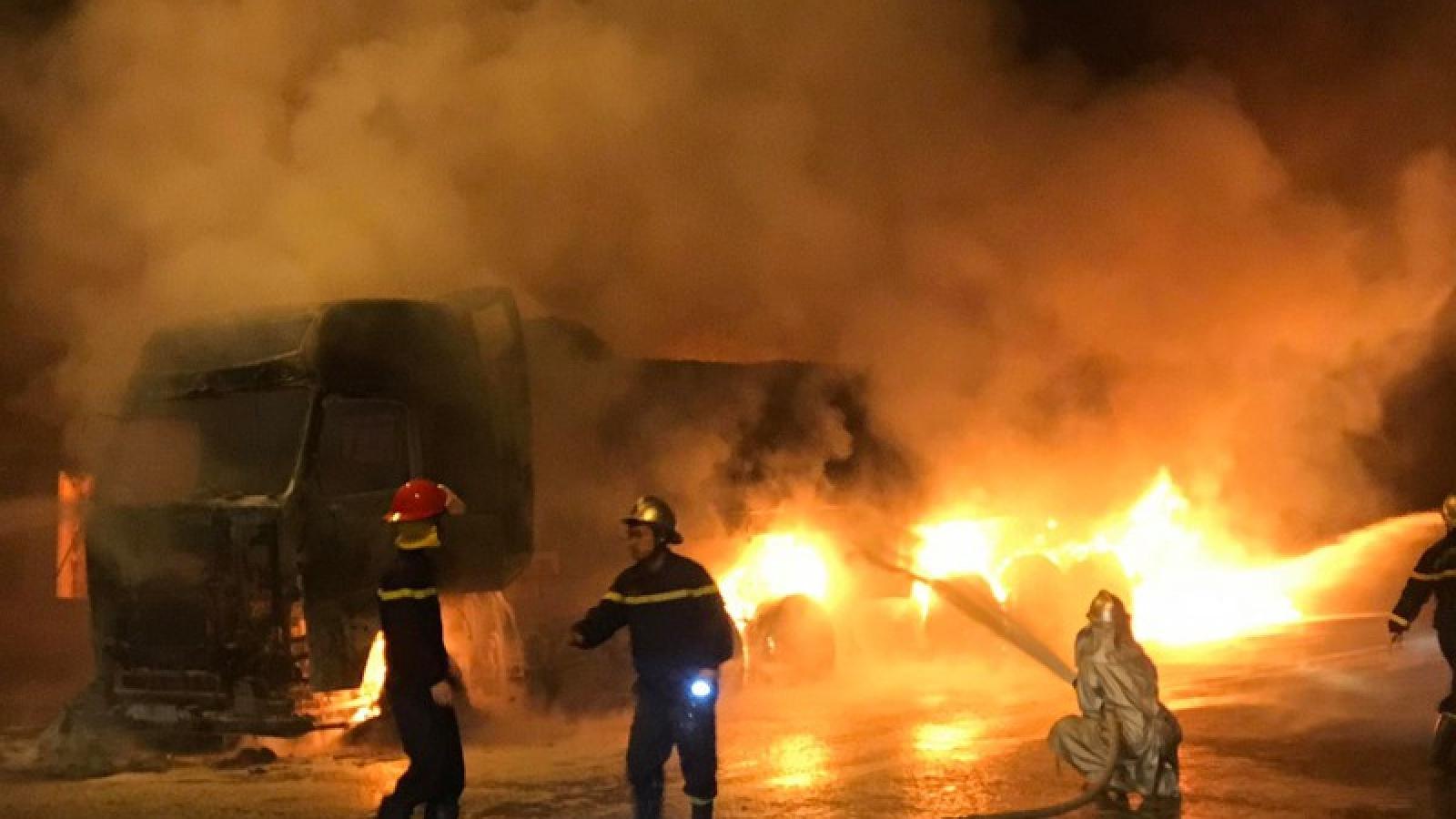 Xe tải gần 40 tấn bất ngờ bốc cháy dữ dội trong đêm