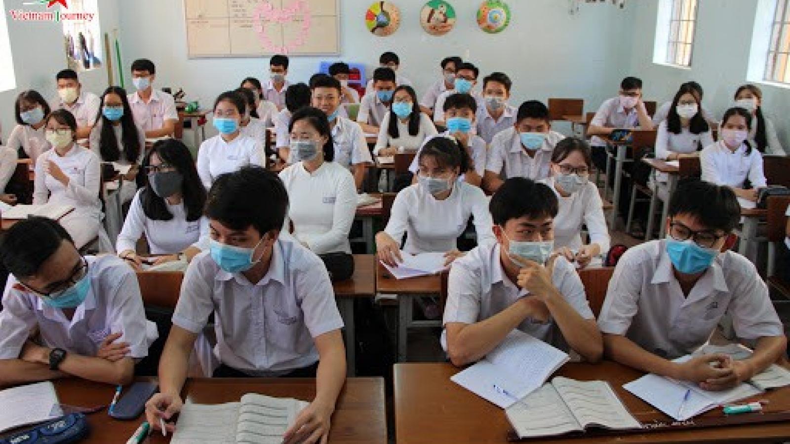 Học sinh Cà Mau, Thái Bình đi học lại, sĩ số không quá 20 em/1lớp