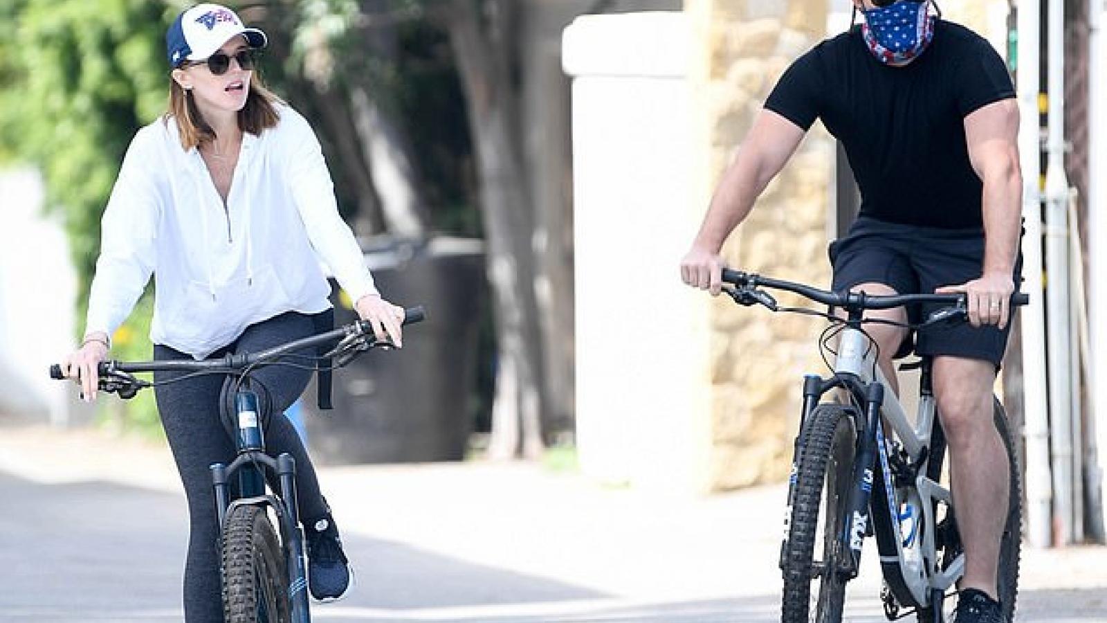 """Con gái """"Kẻ hủy diệt"""" che bụng bầu, vui vẻ đạp xe cùng ông xã Chris Pratt"""